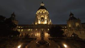 Opinião nebulosa do timelapse do movimento da noite da câmara municipal bonita de Pasadena em Los Angeles, Califórnia video estoque