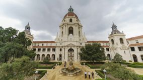 Opinião nebulosa do timelapse do movimento da tarde da câmara municipal bonita de Pasadena em Los Angeles, Califórnia video estoque
