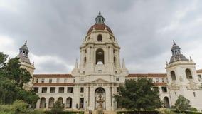 Opinião nebulosa do timelapse do movimento da tarde da câmara municipal bonita de Pasadena em Los Angeles, Califórnia filme