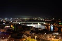 Opinião no Danube River, capital Bratislava da noite, Eslováquia imagens de stock royalty free