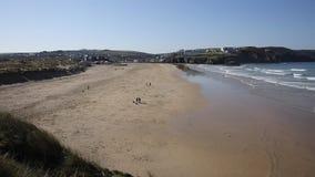 Opinião norte da praia de Perranporth Cornualha à cidade video estoque