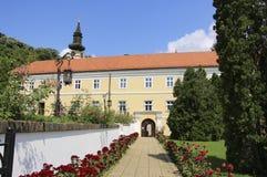 Opinião Novo Hopovo Monastery em Fruska Gora National Park, Sérvia fotografia de stock royalty free