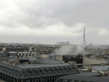 Opinião o Eiffel Tower fotografia de stock royalty free