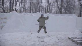 Opinião o escultor que cinzela o gelo movimento Corte o gelo com uma serra de cadeia Corte e faça a escultura de gelo Desbastando video estoque