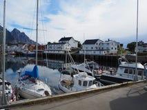 Opinião o fuzileiro naval em Noruega Navigação do iate no mar azul Fjord norueguês Fotografia de Stock Royalty Free