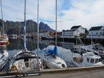 Opinião o fuzileiro naval em Noruega Navigação do iate no mar azul Fjord norueguês Fotos de Stock Royalty Free