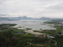 Opinião o fuzileiro naval em Noruega Navigação do iate no mar azul Fjord norueguês Fotografia de Stock