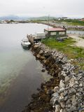 Opinião o fuzileiro naval em Noruega Navigação do iate no mar azul Fjord norueguês Imagens de Stock Royalty Free