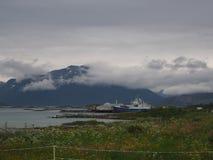 Opinião o fuzileiro naval em Noruega Navigação do iate no mar azul Fjord norueguês Fotos de Stock
