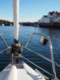 Opinião o fuzileiro naval em Noruega Navigação do iate no mar azul Fjord norueguês Imagem de Stock
