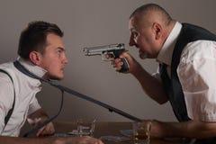 Opinião o homem de negócios dois que joga o pôquer e que tem a luta foto de stock