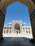 Opinião o RIM-eu-árabe Medressa da mesquita de Kalon - Bukhara Imagens de Stock