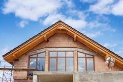 Opinião o segundo andar da casa com janelas do balcão Imagens de Stock