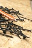 A opinião oblíqua os carpinteiros escreve e enegrece pregos Imagens de Stock