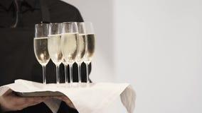 Opinião obscura o garçom na bandeja guardando preta com seis vidros completos do champaigne video estoque