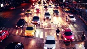 Opinião ocupada da noite da rua da cidade com carros moventes Banguecoque, Tailândia filme