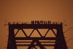 Opinião os construtores no feixe de ponte fotografia de stock