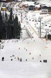 Opinião os esquiadores da montanha foto de stock royalty free