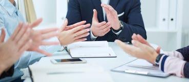 Opinião os executivos que aplaudem no escritório Fotografia de Stock