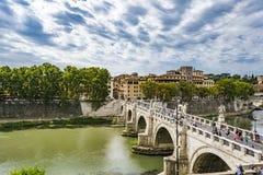 A opinião os povos anda em St Angel Bridge do ` Angelo de Castel Sant na cidade de Roma fotos de stock