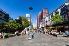 Opinião os povos comprando na rua Binnenwegplein da compra Imagem de Stock