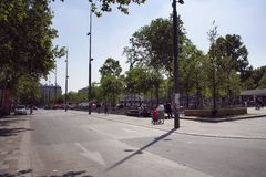 A opinião os povos e as árvores na república esquadram fotos de stock royalty free