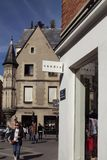 Opinião os povos, lojas no distrito de Le Marais de Paris fotos de stock