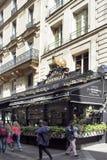 Opinião os povos que andam na frente de um restaurante francês fotos de stock