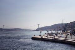 Opinião os povos que andam por Bosphorus fotos de stock royalty free