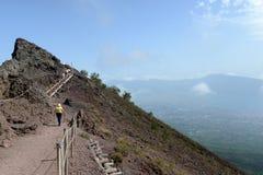 Opinião os povos que caminham a borda do vulcão do Monte Vesúvio Fotos de Stock Royalty Free