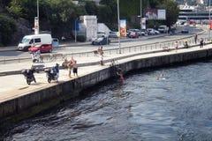 Opinião os povos que nadam pelo bosphorus foto de stock