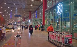 Opinião os turistas no aeroporto do Pequim, China Fotos de Stock Royalty Free