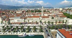 Opinião os turistas no passeio da frente marítima o 24 de julho de 2013 na separação, Croácia filme