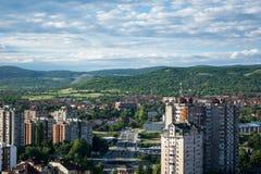 Opinião panorâmico da arquitetura da cidade da cidade Nis com construções e o céu azul imagens de stock royalty free