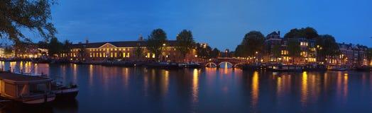 Opinião panorâmico da cidade da noite de Amsterdão Fotos de Stock Royalty Free