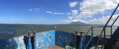 Opinião panorâmico da ilha de Ometepe da balsa foto de stock royalty free