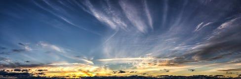 Opinião panorâmico da nuvem com aviões de jato Foto de Stock Royalty Free