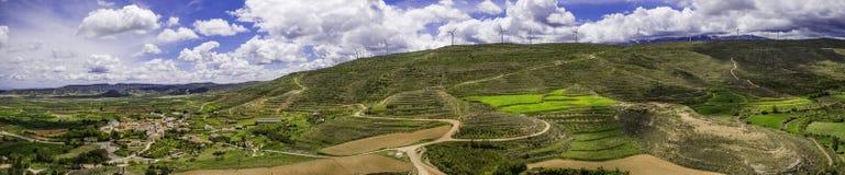 Opinião panorâmico da paisagem com moinhos das energias eólicas imagens de stock