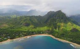 Opinião panorâmico da paisagem da costa do Na Pali do helicóptero, Kauai, Havaí fotografia de stock