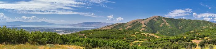 Opinião panorâmico da paisagem de Travers Mountain de Provo, Utah County, lago utah e Wasatch Front Rocky Mountains, e Cloudscape fotografia de stock