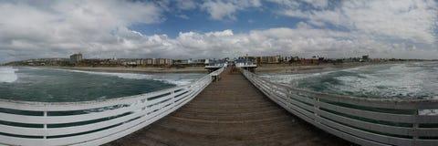Opinião panorâmico da praia do cais da praia pacífica fotografia de stock