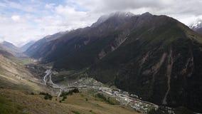 Opinião panorâmico de Alpes a câmera move-se no sentido anti-horário vídeos de arquivo