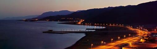 Opinião panorâmico do litoral da noite Foto de Stock Royalty Free