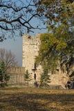 Opinião panorâmico do por do sol da fortaleza de Belgrado e do parque de Kalemegdan no centro da cidade de Belg fotos de stock