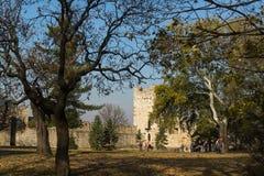 Opinião panorâmico do por do sol da fortaleza de Belgrado e do parque de Kalemegdan no centro da cidade de Belg imagem de stock