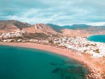 A opinião panorâmico do zangão da cidade pequena em Grécia chamou Paleochora fotografia de stock royalty free