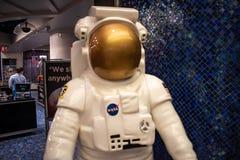 Opinião parcial o astronauta na loja da NASA em Orlando International Airport fotografia de stock
