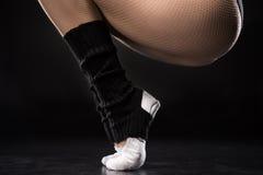 Opinião parcial o dançarino da jovem mulher no treinamento do sportswear fotografia de stock royalty free
