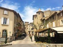 Opinião pequena da vila do frencg com o céu azul e nebuloso Imagem de Stock Royalty Free