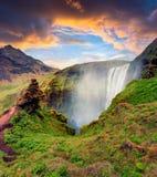 Opinião pitoresca da manhã da cachoeira de Skogafoss no rio de Skoga imagem de stock royalty free